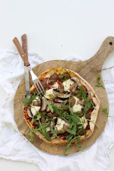 Pizza van Libanees platbrood met pesto, champignons en rucola - Feelgoodbyfood Vegetarian Lunch, Vegetarian Recipes, Naan, Mozzarella, Vegetable Pizza, Pesto, Turks, Vegetables, Healthy