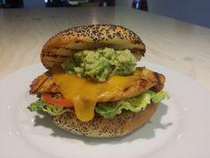 Octubre 2015: La Guacapollo! 200gr de pollo marinado con especias cocinado a la brasa con queso cheddar fundido, guacamole casero, tomate, lechuga y mayonesa casera. burger, hamburguesa gourmet, Dr.Burger, hamburguesa, hamburgueseria, pollo, guacamole, mataro, maresme, barcelona.