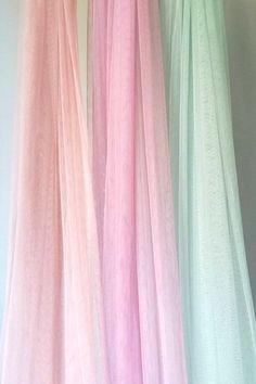 Velo tul de seda rosa para novias románticas pero que quieren aportar un toque más chic a su look. Disponible en varios colores.