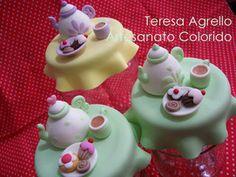 Teekanne mit Tasse und Kuchen