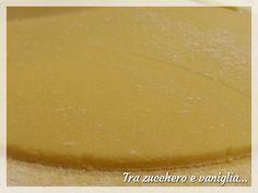 La pasta frolla è una delle basi della pasticceria, sia dolce che salata. Il metodo sabbiato (o inverso o sablè) consiste nel lavorare insieme la materia g