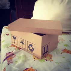 scatola di cartone realizzata con cartone-pane  e rivestita con carta da imballaggio.