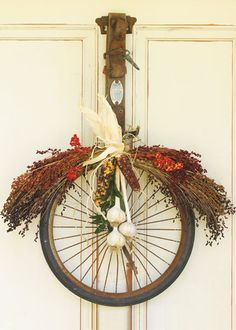 ..... LLANTA DE BICI Bike Craft, Old Bicycle, Bicycle Wheel, Bicycle Parts, Old Time Pottery, Rustic Home Interiors, Fall Door, Fall Wreaths, Door Wreaths