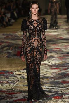 See all the Collection photos from Alexander McQueen Spring/Summer 2017 Ready-To-Wear now on British Vogue Couture Fashion, Runway Fashion, High Fashion, Fashion Show, Fashion Outfits, Fashion Design, Vogue, Rock Dress, Fashion Magazin