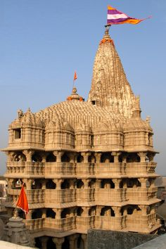 Ancient Dwarka Hindu Temple is located in Gujarat, India. This temple is dedicated to the god Krishna. It is a 5 story building supported y 72 pillars. Indian Temple Architecture, Architecture Antique, India Architecture, Brick Architecture, History Of India, Ancient History, Temple Indien, Hindu Temple, Amarnath Temple