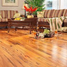 O piso de madeira além de deixar o espaço lindo, garante conforto, requinte e aconchego com muita durabilidade! :)
