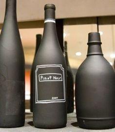 Ici des bouteilles peintes avec de la peinture noire spéciale tableau on peut écrire dessus à volonté.