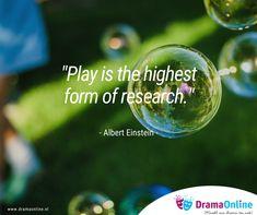 Door te spelen leren kinderen ontdekken, vallen en opstaan en zich in hun eigen tempo te ontwikkelen. In drama neemt het onderzoekend leren een belangrijke plek in. Hoe ga je met elkaar om? Hoe laat je zien dat je verdrietig, boos of blij speelt? Hoe hoort een gesprekje tussen een klant en bakker te verlopen? En hoe juist helemaal niet? (dat is namelijk theatraal gezien vaak veel interessanter... :-)) Wat ontdekken jouw leerlingen in de dramales? En wat leer jij weer van hen?