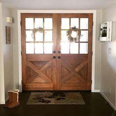 Love these barn doors for a farmhouse entry way! #farmhouse #entryway