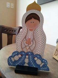 Virgen de Fátima con técnica de puntillismo Paper Bead Jewelry, Paper Beads, Diy Angels, Arte Country, Dot Painting, Religious Art, Painted Rocks, Wood Crafts, Nativity
