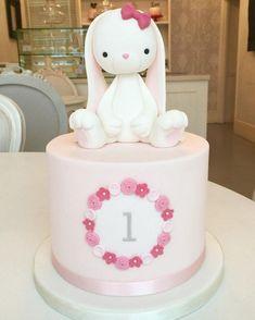 A loja de bolos . O bolo de coelho! Bunny Birthday Cake, Baby Birthday Cakes, Baby Girl First Birthday, Cake Baby, Easter Bunny Cake, Rabbit Cake, Bunny Rabbit, Bunny Party, Girl Cakes
