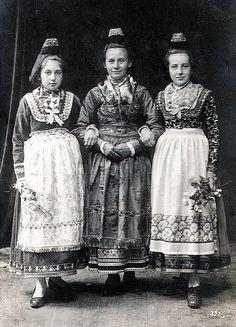 Drei junge Frauen aus Ebsdorf in Tracht, um 1920  #Marburg #evangelisch