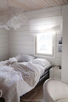 Vaaleanpunainen hirsitalo - Page 3 of 904 - Old Cottage, White Cottage, Cottage Homes, Cottage Style, Bedroom Inspo, Home Bedroom, Bedroom Decor, Bedrooms, Pretty Bedroom