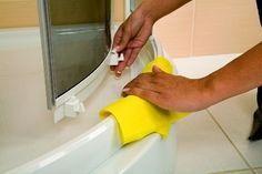 Podczas każdej kąpieli po ściankach kabiny prysznicowej spływa woda z dodatkiem mydła. W ten sposób tworzy się nieestetyczny, często trudny do usunięcia osad, który szpeci całą kabinę. Czym więc wyczyścić kabinę prysznicową? Nalot z kamienienia i mydła można efektywnie usunąć za pomocą wielu specjalnych preparatów czyszczących. Można również zastosować domowe sposoby na czyszczenie kabiny prysznicowej, … Diy Cleaners, Good Advice, Home Remedies, Tricks, Cleaning Hacks, Plastic Cutting Board, Life Hacks, Diy And Crafts, Organization