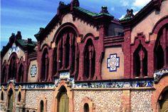 Bodega del Sindicato Agrícola. Edificado entre 1919 y 1922. El exterior de la bodega se ornamenta con un friso cerámico de Xavier Nogués que refleja la elaboración y consumo de vino.