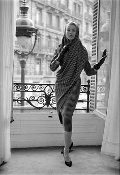 Marie-Thérèse in sari-inspired dress of checked silk by Pierre Balmain, photo by Loomis Dean, Paris, 1957 Mode Vintage, Retro Vintage, Vintage Ladies, Pierre Balmain, Balmain Paris, Fifties Fashion, Retro Fashion, Club Fashion, Fashion Vintage