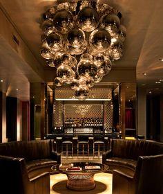 Hermosísimas Mirror Balls de Tom Dixon en el bar del Martha Washington Hotel de New York.