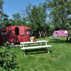Gepimpte caravans: Welke caravan je ook kiest om in te logeren, ze zijn allemaal even leuk! Rood met witte stippen, een koeienprint, retro of oosters...