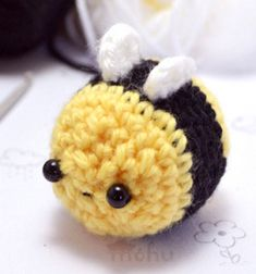 Kawaii bee amigurumi pattern - free crochet pattern // Egyszerű cuki amigurumi méhecske - ingyenes horgolásminta // Mindy - craft tutorial collection // #crafts #DIY #craftTutorial #tutorial #spring #SpringCrafts