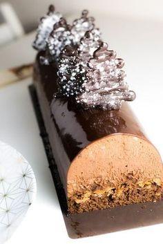 Recette de bûche de Noël au chocolat et avec un croustillant praliné.