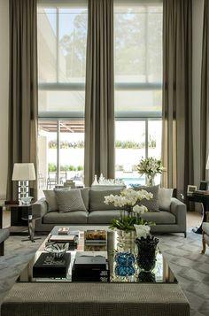 rideaux occultants dans le salon plein de lumière, rideaux longs de couleur beige