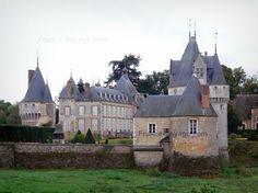 Château de Frazé : Tours et bâtiments du château, dans le Perche