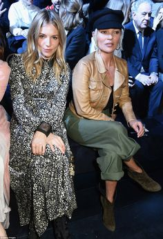 What row? Larking around on the front row, Sienna and Kate looked worlds away from their famous feud, in which they fell out during Sienna's relationship with Jude during the mid-noughties, after becoming engaged in December 2004 Estilo Sienna Miller, Sienna Miller Style, Moss Fashion, Kate Moss Style, Bohemian Look, Winter Mode, Friends Fashion, Boho Outfits, Signature Style