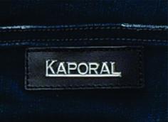 etiqueta de cintura para jeans Kaporal con aplique metálico.