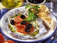 Statt des klassischen Grillkäses grillen wir marinierten Schafskäse mit Tomaten und Oliven.