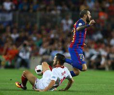 Aleix Vidal pugna un balón durante el partido.