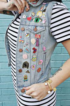 Na moda: vestido listrado + colete jeans com patches