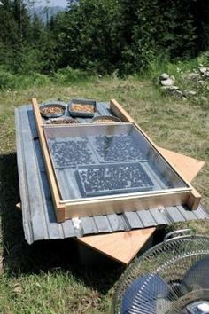 There are many types of DIY solar dehydrators you can make. You'll save money with a DIY dehydrator and find that its size gets the job done more quickly. Homestead Survival, Camping Survival, Survival Prepping, Survival Skills, Wilderness Survival, Diy Solar, Solar Oven Diy, Solaire Diy, Food Dryer
