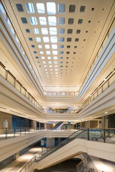 Image 3 of 20 from gallery of Shanghai Landmark Center / Aedas. Photograph by Aedas Office Building Architecture, China Architecture, Light Architecture, Architecture Design, Skylight Design, Atrium Design, Ceiling Design, Mall Design, Retail Design