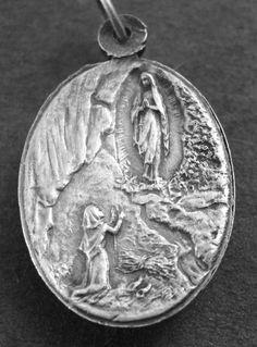 Vintage Lourdes religieuze medaille hanger dat ik ben de ONBEVLEKTE ONTVANGENIS REVEILLON ondertekend op 18 sterling zilver-rolo ketting, beschikt over een sterke kreeft-klauw gesp. HEILIGE MARIA MET BLOEMEN AAN HAAR VOETEN. Ik ben de ONBEVLEKTE ONTVANGENIS met de verschijning op de grot aan de achterkant. Meet 1 hoog en 3/4 breed. Ondertekende REVEILLON. Verzilverd.
