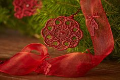 Beautify your home this holiday season with these 15 adorable Christmas ornaments in freestanding lace. The kit includes heavy weight water soluble stabilizer, 2 spools of embroidery thread. Hoop size up to 80x80
