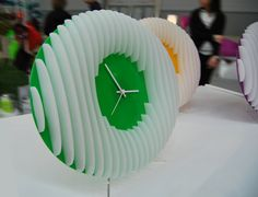 SOSTANZA | Time slice up and supplied on a coloured plate. Plexiglas clock decorated with three-dimensional elements, with harmonic and sinuous shape. The substance of the time and the time in substance. Design by Adele Rotella.