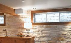 Ici, pas de stores ni de rideaux; la fenêtre est ceinturée de belles pièces d'un bois assorti à celui des poutres. On dirait un encadrement de tableau. Basement Gym, Basement Ideas, Laminate Flooring, Home Remodeling, Man Cave, Living Room, Home Decor, Garage, Garages