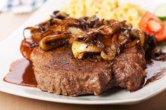 Schwäbischer Zwiebelrostbraten mit Spätzle Wenn Schwaben (der männliche Teil) an Fleisch denken, dann kommt unweigerlich der schwäbische Rostbraten ins Spiel. Mit Zwiebeln, frischen selbstgemachten Spätzle und natürlich, im Schwäbischen unabdingbar, viel Soße! Gutes Fleisch und liebevolle Zubereitung vorausgesetzt ein absolutes Traumessen! http://einfach-schnell-gesund-kochen.de/schwaebischer-zwiebelrostbraten-mit-spaetzle/