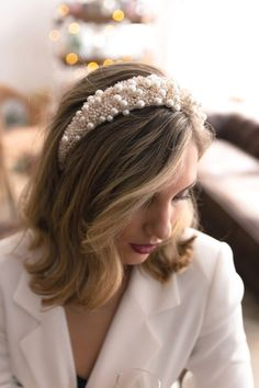 One of the biggest fashion trends this autumn are headbands! This pearl headband is perfect for a modern bride who is always up-to-date with the latest fashion trends. Headband Hairstyles, Diy Hairstyles, Wedding Hairstyles, Glamorous Hairstyles, Hairstyles 2018, Turban Headbands, Japanese Hairstyles, Korean Hairstyles, Short Hair Updo