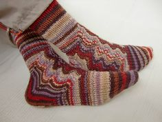 Knitted from the heel on upwards and sideways with feather and fan lace pattern. FREE - Ravelry: String Theory pattern by Anita Grahn