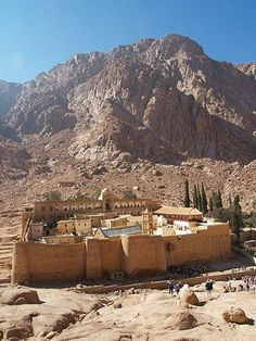 St-Catherine Monastery in the most remote part of the Sinai Desert in Egypt Mount Sinai Egypt, Saint Catherine's Monastery, Templer, Visit Egypt, Religious Architecture, Holy Land, Wonders Of The World, Places To See, Travel Inspiration