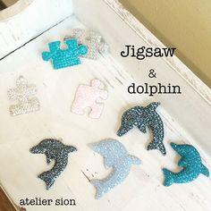 【ドルフィン】&【ジグゾー】 フリーレッスン生徒様作品 夏色ブローチ。スワロフスキーのブルーは沢山種類があって迷いますね #グルーデコ  #グルーデコ®  #スキルアップ  #スワロフスキー  #いるか  #パズル  #ブローチ