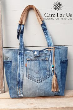 One of a kind levis bag with lots of pockets and leather details. Recycled inside out Sacs Tote Bags, Denim Tote Bags, Denim Purse, Denim Bag Patterns, Bag Patterns To Sew, Blue Jean Purses, Diy Sac, Denim Crafts, Patchwork Bags