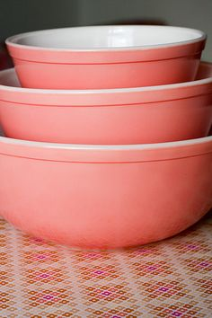 pink pyrex- my friend Kim would LOVE these for her pink kitchen! Vintage Bowls, Vintage Kitchenware, Vintage Dishes, Vintage Pyrex, Vintage Love, Vintage Pink, Pyrex Mixing Bowls, Pyrex Bowls, Pink Love
