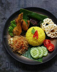 Indonesian Food Indonesian cuisine is one of the most vibrant and colourful cuisines in the world, full of intense flavour. Indian Food Recipes, Asian Recipes, Healthy Recipes, Sushi Recipes, Malaysian Food, Food Decoration, Indonesian Food, Food Menu, Food Presentation