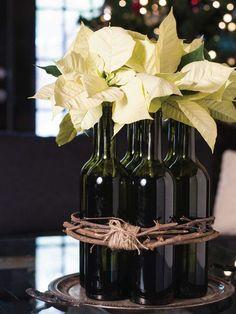 Centro de botellas y poinsettias. Decora tu hogar con poinsettias en navidad. #Navidad #Decoración #FlordePascua