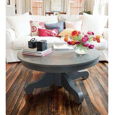 Yazlık evinizde beyaz koltuk tercih ediyorsanız eskitilmiş parke kullanabilir aynı zamanda mekanı renklendirmek için renkli yastıklara başvurabilirsiniz