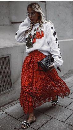 Street style, women's fashion, maxi skirt, fall outfit Fashion Mode, Modest Fashion, Look Fashion, High Fashion, Autumn Fashion, Fashion Outfits, Fashion Trends, Street Fashion, Fashion Fashion