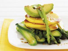 Gurken-Avocado-Salat mit Mango und Spargel dazu asiatisches Vinaigrette