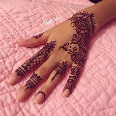 #henne#henna#black#noir#mehendidesign#mehendi#menhndi#art#pink#rose#hennaart#hennaya#kenza#hennaartiste#mehendiart#henne#hennainspire#love#dessins#mains#hen#blackhenna#hennatattoo#hennatattoos#hennalookbook#whitehenna#white#hennacandles Mehendi, Henna Mehndi, Arabic Henna, Henna Art Designs, Finger Tattoo Designs, Finger Tattoos, Henna Tattoo Kit, Tattoo Kits, Henna Tattoos